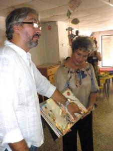 Ilustrador Carlos Guzmán y narradora oral Mayra Navarro